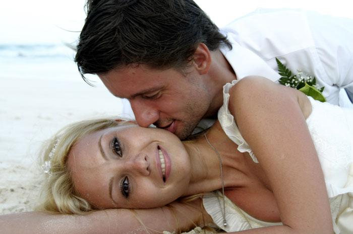 bride-groom-beach-kissing-wedding